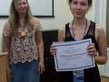 Исполнительный директор учебного центра Инфотекс А.Чефранова вручает сертификаты